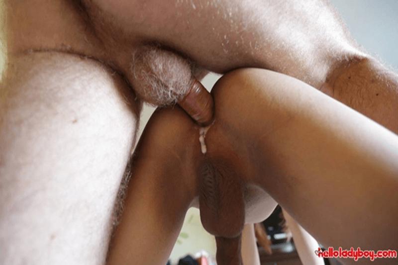 Junges Thai Schwanzgirl wird auf privatem Analsex Fickbild richtig hart in den engen Transen Arsch gefickt