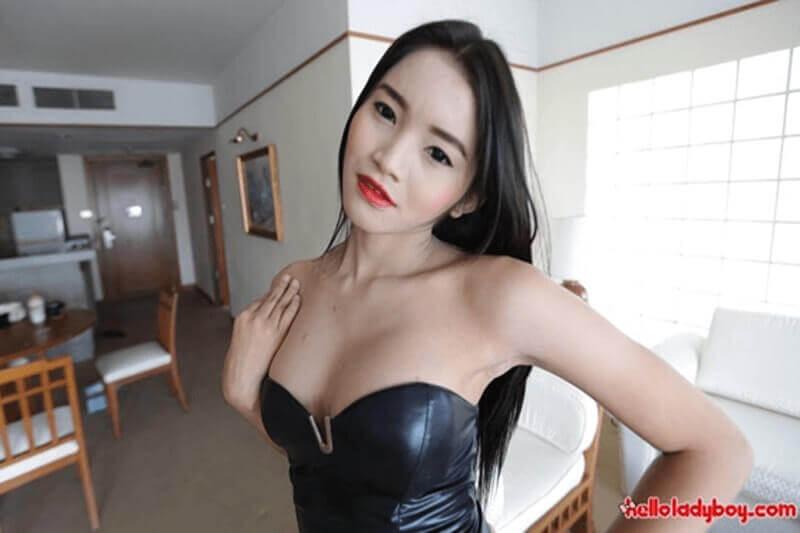 Asiatisches Transgirl in sexy Abendkleid auf privatem XXX Foto