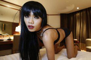 Sexy Asia Shemale mit kleine Titten umd XXL Ständer